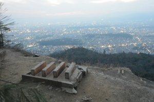 Tempat pembakaran di puncak Daimonji, dan pemandangan Kyoto dari atas