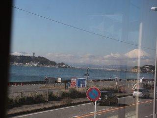 Vue sur le mont Fuji et l'île d'Enoshima depuis un wagon