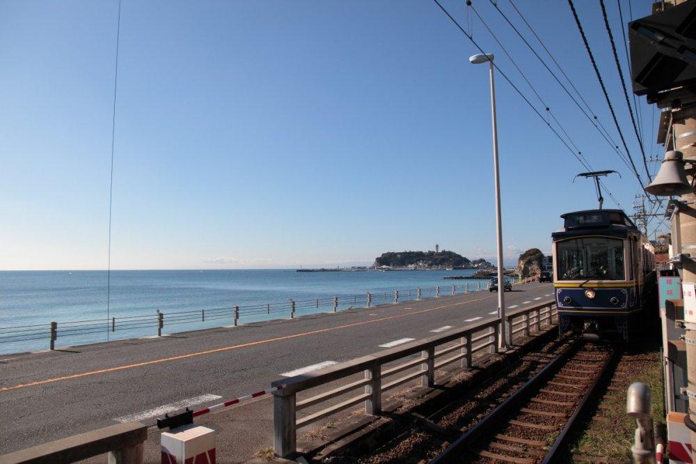 Vue sur l'île d'Enoshima et l'Enoden