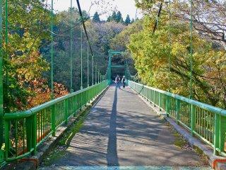 Jembatan Izumi membentang 64,4 meter dan menawarkan pemandangan taman yang luar biasa