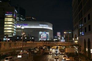 Между железнодорожными станциями Осака и Умэда.