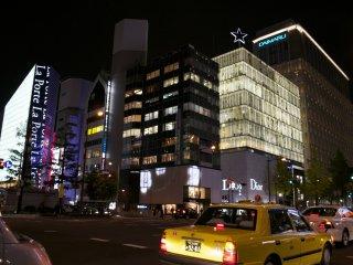 Đi bộ dọc đại lộ xa hoa nhất Osaka