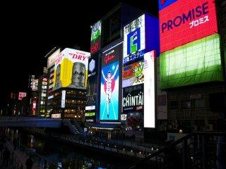 Biển quảng cáo Glico nổi tiếng nằm cạnh con kênh Dōtonbori
