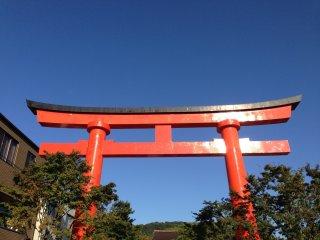 Ярко-красные ворота тории очень красивы!