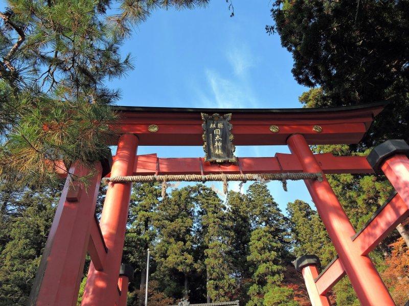 푸른 하늘 아래 오카후토 신사의 붉은 문