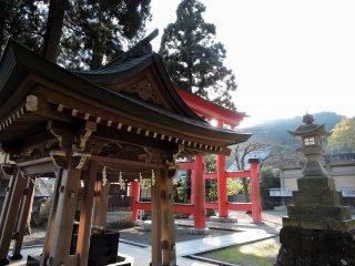 오카후토 신사의 정수장, 석등, 붉은 토리이