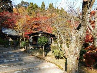 O Sangetsu-Ro fica junto à casa de campo chamada Furusato-no Ie