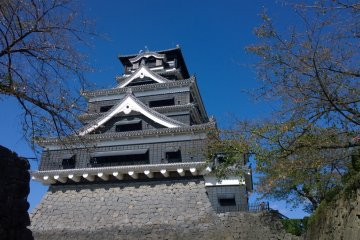 <p>ปราสาทคุมาโมโต้ (熊本城 - Kumamoto Castle) ความงดงามของปราสาทสีดำที่ถือเป็นหนึ่งในสามปราสาทที่ยิ่งใหญ่ที่สุดของญี่ปุ่นเลยทีเดียว&nbsp;</p>