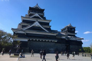 <p>อีกมุมของปราสาทคุมาโมโต้ (熊本城 - Kumamoto Castle) ซึ่งตัวปราสาทนั้นมีสองอาคาร ตั้งตระหง่านอยู่บนเนินด้วยชัยภูมิที่โดดเด่นงดงาม</p>