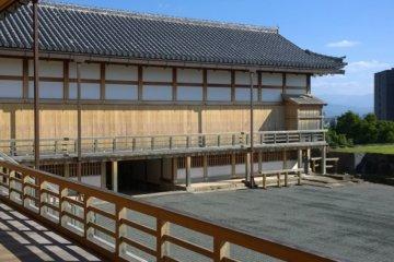 <p>Honmaru Goten Palace ที่บูรณะขึ้นมาใหม่และแล้วเสร็จในปี ค.ศ.2008 ซึ่งเป็นโซนที่พักอาศัยพร้อมรับแขกของผู้ปกครองเมือง สะท้อนให้เห็นความงดงามของศิลปะวัฒนธรรมอันรุ่งเรืองในอดีตได้เป็นอย่างดี&nbsp;</p>