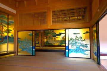 <p>ฉากกั้นห้องสวยๆ ภายใน&nbsp;Honmaru Goten Palace ซึ่งเป็นงานฝีมือที่วิจิตรงดงามอลังการมาก</p>