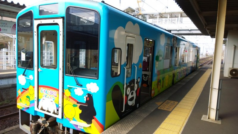 <p>ขบวนคุมามงเป็นหนึ่งในขบวนรถไฟน่ารักๆ ที่วิ่งบริการใน Hisatsu Orange Railway (肥薩おれんじ鉄道) รถไฟสายไร่ส้มที่วิ่งเรียบชายฝั่งทะเลและสวนส้มให้คุณชมทิวทัศน์ริมฝั่งทะเลของเกาะคิวชูอันงดงาม</p>