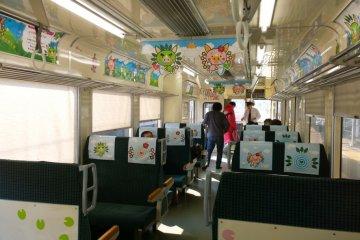 <p>ด้านในขบวนหนึ่งของ&nbsp;Hisatsu Orange Railway (肥薩おれんじ鉄道) ซึ่งรถไฟทุกขบวนนั้นมีการตกแต่งธีมต่างๆ กันไปอย่างน่ารักน่านั่งทีเดียว&nbsp;</p>