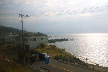 <p>อีกวิวสวยๆ ของชายฝั่งทะเลแถบคิวชูซึ่งมองเห็นจากรถไฟ&nbsp;Hisatsu Orange Railway (肥薩おれんじ鉄道)&nbsp;</p>