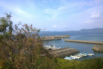 <p>นี่ก็เป็นอีกมุมของชุมชนริมทะเลแห่งเกาะคิวชูที่มองเห็นวิวสวยๆ นี้ได้จาก&nbsp;Hisatsu Orange Railway (肥薩おれんじ鉄道)&nbsp;</p>