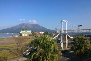 ทุกมุมมองจาก Dolphin Port (Kagoshima Water Front) จะสามารถเห็นความงดงามอลังการของภูเขาไฟซากุระจิม่าได้