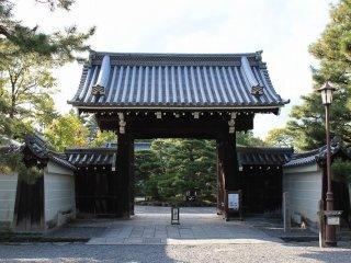 堺町御門(さかいまちごもん)。御苑の南側にある