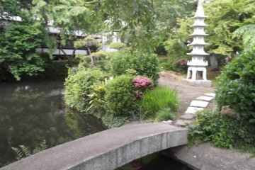 The grounds of Yugyoji