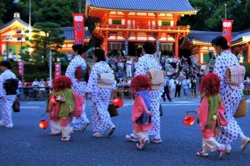 Red lanterns lit the path to the Yasuka Shrine