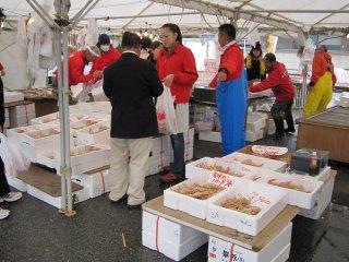 三国町内の鮮魚店が出店を開いている