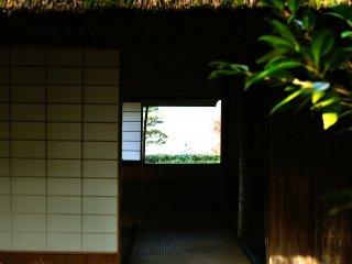 質素な庵の小さき窓から臨む風景