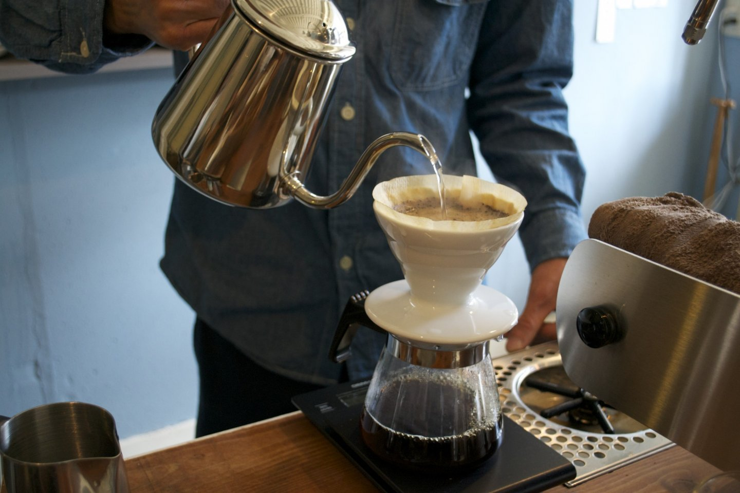 The barista prepares the filtered coffee