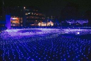 Pemandangan Starlight Garden dengan latar belakang bangunan utama Tokyo Midtown