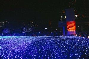 Pemandangan 280,000 lampu LED berwarna birudi Tokyo Midtown