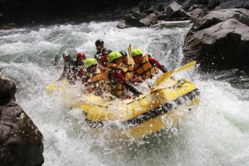 ล่องแก่งในแม่น้ำมินาคามิ