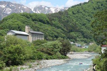มุ่งหน้าลงแม่น้ำโทเนะที่มีภูเขาทานิคะวะปรากฏอยู่เหนือแม่น้ำ