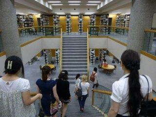 В университете превосходная библиотека, где можно найти даже свежие номера российских газет.