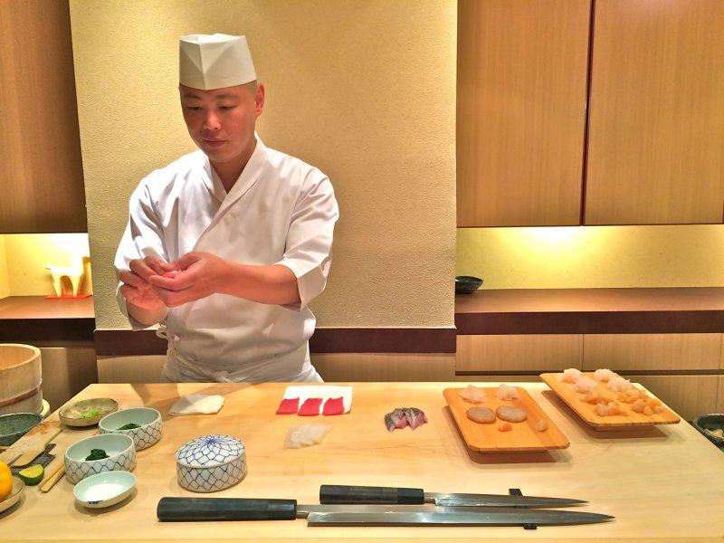 <p>Шеф-повар&nbsp;Хисаёси Ива&nbsp;на работе в&nbsp;Sushi Iwa&nbsp;в Гиндзе, Токио</p>