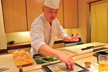 <p>Шеф-повар Ива кладёт четвёртое из тринадцати блюд на наши тарелки</p>