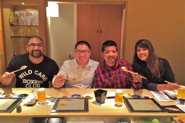 <p>Вот так мы уселись - вид со стороны шеф-повара Ива. Мы определённо наслаждаемся этими суши!</p>
