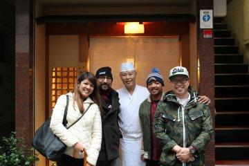 <p>Шеф-повар Хисаёси Ива был так заботлив в течении ланча и даже нашёл время проводить нас и сфотографироваться с нами!</p>