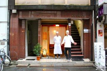 <p>Шеф-повар Хисаёси Ива и повар Сигуюки Цунодо стоят по центру перед Sushi Iwa в Гиндзе, Токио</p>