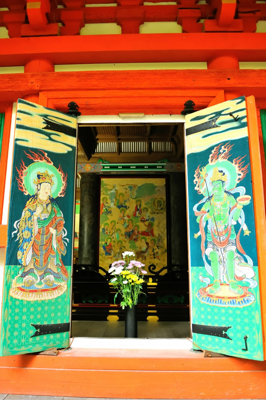 ПагодаСандзё всего лишь в течение одного осеннего месяца распахивает свои двери. Особенно высоко ценятся фрески. Изображение райго, передняя часть и картина шестнадцати архатов.