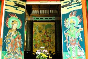 <p>Пагода&nbsp;Сандзё всего лишь в течение одного осеннего месяца распахивает свои двери. Особенно высоко ценятся фрески. Изображение райго, передняя часть и картина шестнадцати архатов.</p>