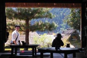 Déchaussez-vous et détendez-vous dans la véranda ou dans l'une des pièces en tatami, ou paille tressée, qui sont décorées simplement d'anciens éléments de ferme