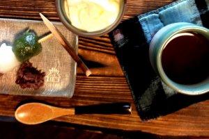 Trois mochi avec de la crème glacée et un kuromame, ou thé noir, dont les graines ont été récoltées localement