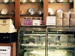 Так же можно заказать вкусное пирожное и купить сувенирную кофейную чашку ручной работы