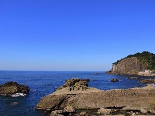 Bãi biển Echizen xinh đẹp và đá. Bạn có thể thấy tảng đá trắng ở rìa vách đá bên phải không?