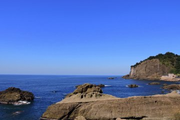 越前海岸の呼鳥門と鳥糞岩