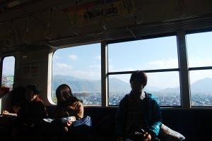 Lihat pemandangan di belakang! Para penumpang kereta yang sedang terlelap