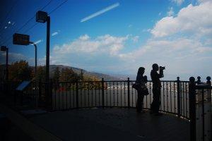 Seorang fotografer dan penumpang yang turun untuk mengabadikan pemandangan spektakuler ini