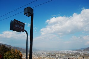 Pemandangan Nagano dari atas peron stasiun Obasute