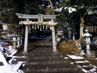 Gerbang batu di pintu masuk kuil