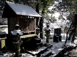 Kuil kecil yang diapit oleh lentera batu