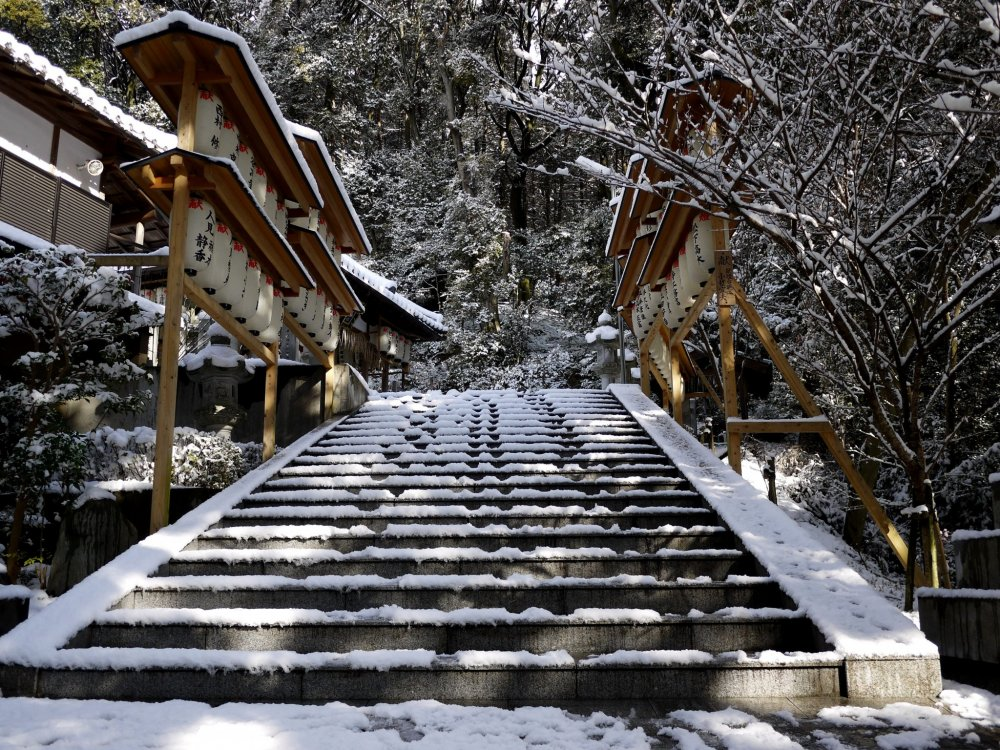 Salju yang menutupi tangga