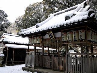 Atap kuil yang tertutup salju